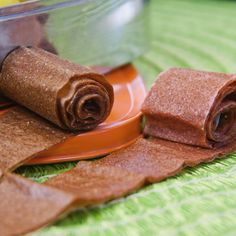 How to Make Fruit Leather – Homemade Fruit Roll Ups Homemade Strawberry Fruit Leather for a fun afternoon snack. Easy to make in the oven and with no sugar added this is the perfect snack or lunch idea for kids! Fruit Appetizers, Appetizers For Kids, Fruit Snacks, Fruit Drinks, No Sugar Snacks, Fruit Kabobs, Fruit Party, Fruit Juice, Healthy Afternoon Snacks