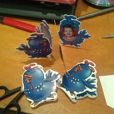 """I made these myself :)  Fiz os convites personalizados com o nome de cada criança, imprimi em papel couchê, colei e recortei na mão. Carmen distribuiu as """"popós"""" sem envelope na mão dos amiguinhos.    #Galinha #Pintadinha"""