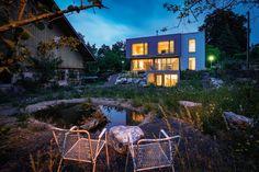 Ein Gartenwohnhaus – Das Einfamilienhaus Style At Home, Cabin, House Styles, Home Decor, Corrugated Metal, Flat Roof, Architectural Materials, Decoration Home, Room Decor