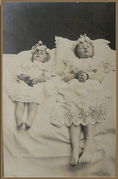 Beginning in the post-mortem photography (or memento mori) was a popular way to honor and remember the dead. Victorian Photos, Antique Photos, Vintage Photographs, Victorian Era, Old Photos, Memento Mori, Dark Side, Post Mortem Pictures, Post Mortem Photography