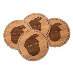 4er Set Untersetzer Rundwelle Eichel aus Bambus  Natur - Das Original von Mr. & Mrs. Panda.  Diese runden Untersetzer als 4er Set mit einer wunderschönen Wellenform sind ein besonderes Highlight auf jedem Esstisch. Jeder Gläser Untersetzer wurde mit viel Liebe handgefertigt und alle unsere Motive sind mit besonders viel Hingabe von unserer Designerin gestaltet worden. Im Set sind jeweils 4 Untersetzer enthalten.    Über unser Motiv Eichel  Eicheln sind essbar und an unseren heimischen…