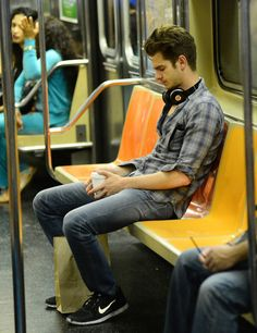 Famous People on the Subway Andrew Garfield Has Got That Cool-Kid Necklace on That Cool-Kid Train Photo: Alo Ceballos/FilmMagic Famous Men, Famous Celebrities, Hollywood Celebrities, Famous People, Celebs, Emma Stone Andrew Garfield, Andrew Garfield Body, Andy Garfield, Andrew Garfield Spiderman