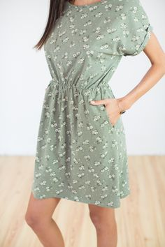 Dress Dafodiles in green colour! The shortsleeve dress has a boat neck cut, a waistband that makes you figure more feminine and flower designs all over. Green Colors, Flower Designs, High Neck Dress, Feminine, Shirt Dress, Explore, Shirts, Collection, Dresses