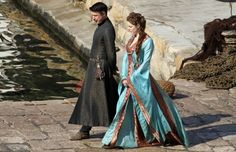 GAME OF THRONES Season 3 Set Images. New images from the set of HBO's Game of Thrones season 3 reveal more scenes not in the books. Game Of Thrones Dress, Game Thrones, Game Of Thrones Premiere, Petyr Baelish, Lord Baelish, King's Landing, Mary Sue, Game Costumes, Turquoise Dress