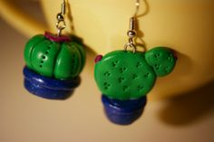 Cactus earrings in polymer clay, aren't they so cool ? Cactus Earrings, Drop Earrings, Cactus Y Suculentas, Pasta Flexible, Diy Clay, Cold Porcelain, Cacti And Succulents, Biscuit, Things To Do