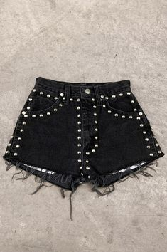 Punk Rock Lies Wrangler Studded Denim Cut Off Shorts Diy Shorts, Diy Jeans, Diy Fashion, Ideias Fashion, Fashion Outfits, Punk Fashion, Rockabilly Fashion, Latex Fashion, Fashion Weeks