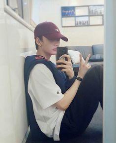 this is the most boyfriend thing to ever boyfriend Lee Min Ho, Kids Mirrors, Rapper, Blake Steven, Park Jinyoung, Pre Debut, Kids Wallpaper, Lee Know, Herschel Heritage Backpack