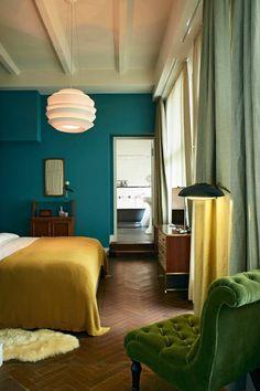 chambre-bleu-canard-jaune-moutarde-fauteuil-velours-vert-capitonne
