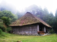 Lost Japan – Chiiori (House of the Flute, a traditional Japanese thatch-roofed house) Thatched House, Thatched Roof, Irori, Tokushima, Tourist Sites, Sustainable Tourism, Japanese Architecture, Traditional Japanese, Japanese House