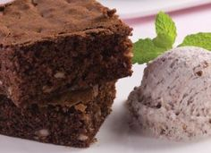 """Além der ser rapidinho, o <a href=""""http://mdemulher.abril.com.br/culinaria/receitas/brownie-microondas-483229.shtml"""" target=""""_blank"""">brownie de micro-ondas</a> é uma delícia servido com sorvete."""