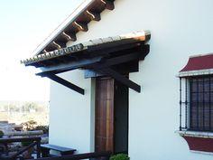 Un tejadillo en la puerta de entrada