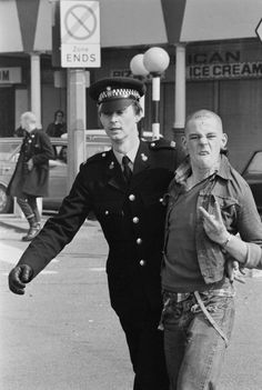 A police officer detains a skinhead in Southend-on-Sea, Essex, April Get premium, high resolution news photos at Getty Images Mode Skinhead, Skinhead Men, Skinhead Fashion, Skin Head, 70s Punk, Punk Goth, Arte Punk, Moda Vintage, Youth Culture