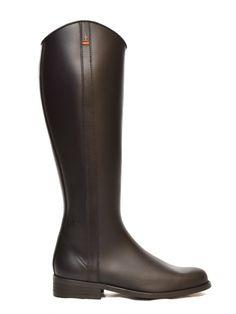 Nuestro modelo 261 es un diseño exclusivo artesanal creado por Dakota Boots que recoge la esencia de la bota de montar y la línea ecuestre y aire hípico.