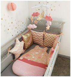 Tour de lit bébé carré et étoile collection plume  Dans les teintes de rose pale, doré et corail  Pour habiller le lit de votre petit bout de choux voici un tour de lit moe - 20169678