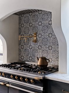 11 Unique Tile Backsplashes That Make the Case for Decorating with Color and Pat. 11 Unique Tile Backsplashes That Make the Case for Decorating with Color and Pattern – Tile wa Spanish Style Homes, Spanish House, Spanish Style Interiors, Spanish Style Decor, Spanish Style Bathrooms, Hacienda Style Homes, Spanish Revival Home, Classic Kitchen, Unique Tile