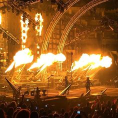 MÖTLEY CRÜE - Staples Center - Los Angeles, CA on 12/28/2015 - 662 photos, pictures and videos on CrowdAlbum