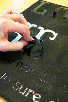 letterstickers plakken op canvas, verven, stickers verwijderen en klaar. Heel simpel.