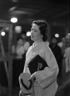 映画「白魚」のロケ中の原節子さん。熊谷久虎監督の作品だった=東京の新橋駅で1953年