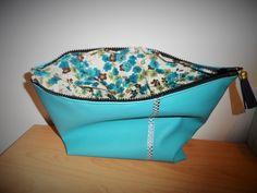 Trousse de toilette simili cuir de 30cm de large doublée d'un tissu liberty bleu fleuri : Trousses par manou92290