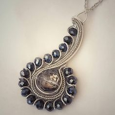 WireArtTutorials / Wire wrapping, weaving, braiding and beading tutorials for al. - WireArtTutorials / Wire wrapping, weaving, braiding and beading tutorials for all levels. Wire Wrapped Pendant, Wire Wrapped Jewelry, Copper Jewelry, Beaded Jewelry, Jewlery, Handmade Jewelry, Jewelry Necklaces, Bracelets Design, Bijoux Fil Aluminium