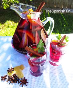 What a pretty way of doing a sangria! I usually just put all the fruit at the top of the jug - next time, I'm going to keep the pieces of fruit big like this and fill the jug with them :D
