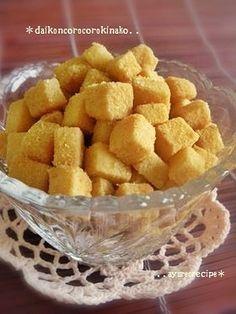 《大根と黄粉のお菓子》●大根3cm ●黄粉大さじ2●砂糖大さじ1~2 大根(生)を5~7㍉角位に切りボゥル等に入れ、黄粉と砂糖をのせ、器具を使わず、振るようにして混ぜ合せる