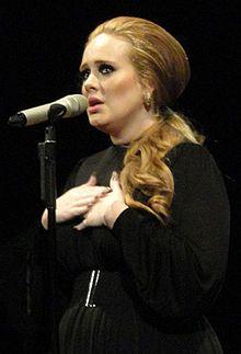 Adele Laurie Blue Adkins (Tottenham, Inglaterra, Reino Unido; 5/May/1988), Cantautora Británica de Soul, Blues y Pop, ganadora de diez premios Grammy, cuatro Brit Awards, cuatro American Music Awards, un Globo de Oro y un Premio Óscar, entre otros.
