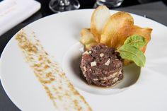 Carte Automne 2016 - Le tartare de bœuf de Galice assaisonné au poivre de Jamaïque & chips de pomme de terre #gastronomie #restaurant #lyon #beef