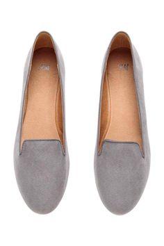 Mocassins: Sapatos rasos com sola de borracha.
