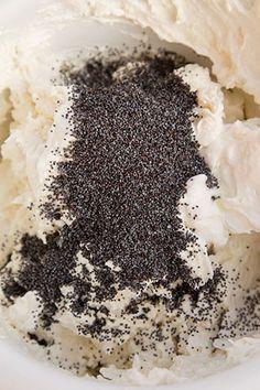 PRAJITURA CU MAC, CREMA DE BRANZA SI LAMAIE   Diva in bucatarie Tiramisu, Deserts, Cooking Recipes, Sugar, Cakes, Ethnic Recipes, Mariana, Cake Makers, Chef Recipes