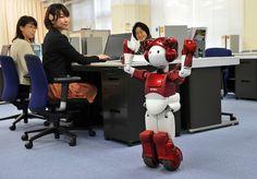 Este pequeño y simpático robot humanoide de Hitachi es capaz de moverse en entornos de oficinas y laboratorios para echar una mano a los trabajadores.  Foto: AFP Photo  Más fotos tecnológicas en http://www.rtve.es/noticias/fotos/tecnologia/