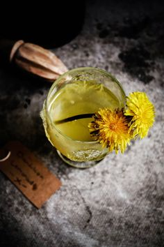 This lemonade was really nice, my lawn needed mowing so i had a garden full of dandelions. It tasted really sweet and refreshing I was surprised at how much I enjoyed it. Read The Post Smoothies, Taraxacum Officinale, Dandelion Recipes, Flower Food, Wild Edibles, Fruit Recipes, Weed Recipes, Party Recipes, Dinner Recipes
