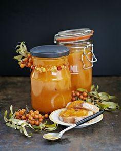 Tyrni-porkkana-aprikoosisose on loistopari paahtoleivälle ja juustoille. Kokeile sitä myös kääretortun täytteenä. Hot Sauce Bottles, Jar, Recipes, Food, Syrup, Ideas, Essen, Meals, Eten