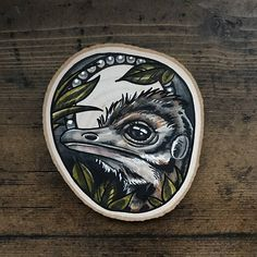 Hout segment met een originele tekening van een struisvogel