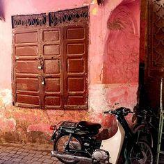 Czerwień, pomarańcz, róż - to zdecydowanie kolory Marrakeszu ❤️ Tutaj każdy zakątek był tak oświetlony przez padające promienie słońca, że żaden Photoshop nie jest potrzebny ❤️ . Żałuję, że nie udało mi się odwiedzić CHEFCHAOUEN - NIEBIESKIEGO MIASTA - ale nic straconego! Wrócę! 💦💙 . #marrakesz #marrakeshsouk #soukmarrakech #medina #medinamarrakech #maroccotrip #maroccostyle #maroccostyle🇲🇦 #moroccostyle #moroccotrip #motorcycle #motor #motorbike #okno Scotch Whiskey, Irish Whiskey, Bourbon Whiskey, Bourbon Drinks, Old Trains, Home Brewing Beer, Abandoned Mansions, Abandoned Places, Craft Beer