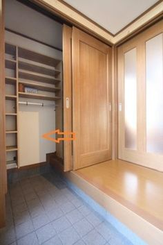 Entrance with closet Japanese Door, Japanese House, Home Entrance Decor, House Entrance, Built In Sofa, Japanese Home Design, Room Design Bedroom, Minimal Home, House Layouts
