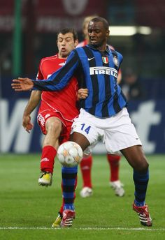 Patrick Vieira (Inter Milan, 2006–2010, 67 apps, 6 goals) holds off Javier Mascherano (Liverpool FC, 2007–2010, 94 apps, 1 goal) during the UEFA Champions League 1st knockout round, 2nd leg match between Inter Milan and Liverpool at San Siro (Milan, Italy) on 11 March 2008.