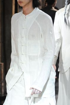 Visions of the Future: Yohji Yamamoto Menswear Yohji Yamamoto, White Fashion, Boho Fashion, Womens Fashion, Vetements Clothing, Fashion Details, Fashion Design, White Shirts, Donna Karan
