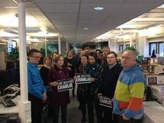 Yle Savon toimitus vietti hiljaisen hetken sananvapauden puolesta. #CharlieHebdo #JeSuisCharlie
