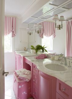 Pink & White Girls Bathroom (love the window treatment design) Little Girl Bathrooms, Pink Bathrooms, White Bathroom, Modern Bathroom, Cream Bathroom, Baños Shabby Chic, Pink Houses, Pink Room, Suites