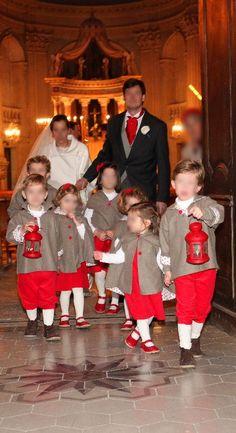 Cortège Laure: capes en cachemire gris et lanternes rouges