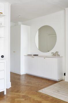 ROund mirror. Livingroom in Stockholm. Scandinavian interior. John Ericssonsgatan 15, 4 tr | Fantastic Frank