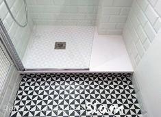 reforma de un baño en blanco y negro con estilo vintage, buscando luz y amplitud. Un box ducha amplio y la mampara abatible tranparente y suelo hidráulico.