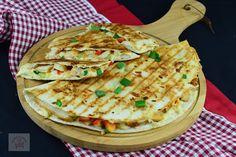 Quesadilla cu pui - CAIETUL CU RETETE Panna Cotta, Shawarma, Cordon Bleu, Quesadilla, Sweet Desserts, Fajitas, Dessert Bars, Food Cravings, Cake Recipes