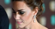 Baftas 2019 - Kate Middleton stuns in Alexander McQueen dress and pays tribute to Princess Diana with her earrings as she arrives with Prince William Kate Middleton Schmuck, Kate Middleton Jewelry, Kate Middleton Photos, Royal Albert Hall, Princesa Diana, Lady Diana, Hollywood Glamour, Meghan Markle, Kate Und William