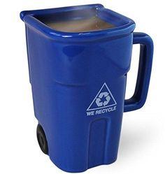 Un collègue récalcitrant au recyclage ? Rappelez lui chaque matin la marche à suivre avec cette Tasse recyclage ! Version poubelle bleue.