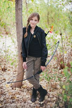 Cosplay Costume DIY Katniss Costume - Put together a do it yourself Katniss Everdeen costume quickly and easily this Halloween using thrift store finds. Feminist Halloween Costumes, Literary Costumes, Cute Halloween Outfits, Halloween Costumes You Can Make, Cute Halloween Costumes, Girl Costumes, Halloween Diy, Halloween Recipe, Women Halloween