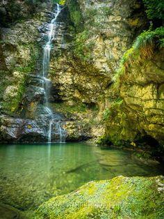 Der kleine Trockenbach-Wasserfall in Erl / Tirol ist  ganz einfach zu erreichen. Macht sich auch als Bild an der Wand gut. ;-) Hotels, Water, Outdoor, Waterfall, Simple, Pictures, Gripe Water, Outdoors, Outdoor Games