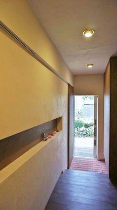 ニッチが印象的な明るい玄関ホール(『T-House』〜古材の良さを取り入れた耐震補強リノベ〜)- 玄関事例
