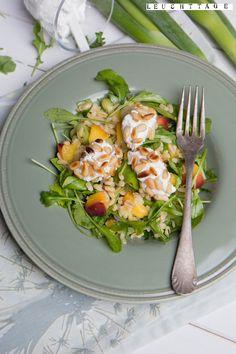 Sommersalat mit Pfirsichen und Ziegenkäsenocken #salat #sommerrezept